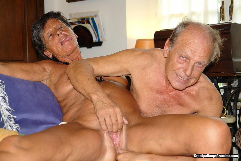Порно с стариками японское в транспорте блесну