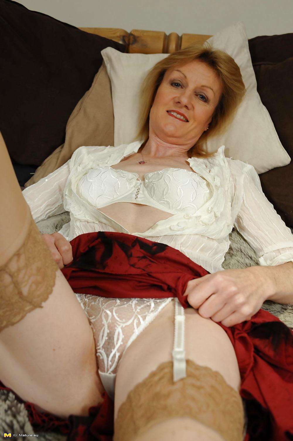 Эротично показывает трусы зрелая баба фото 415-571