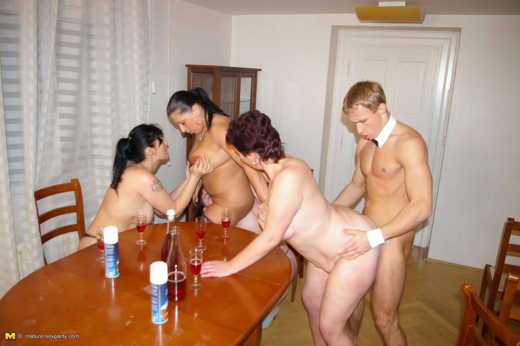 Страстный секс в туалете ресторан 15 фотография