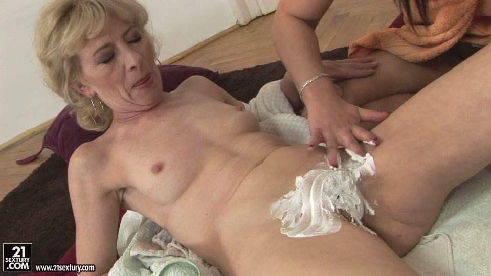 порно фото внуки лижут пизду у бабушки