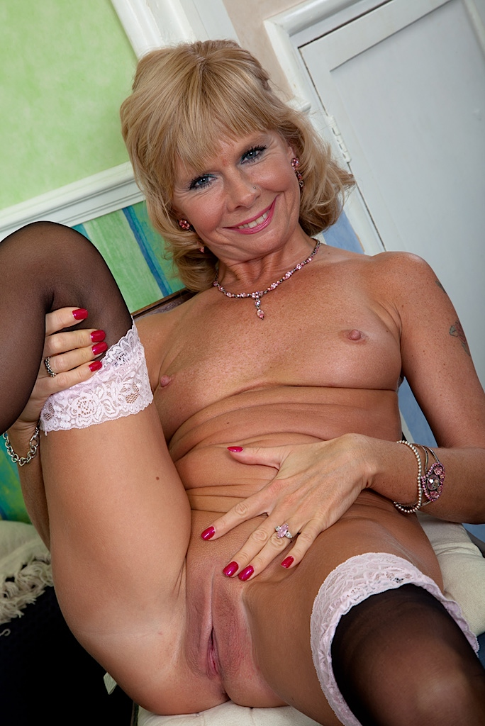 shinny mature female nude photos Pick