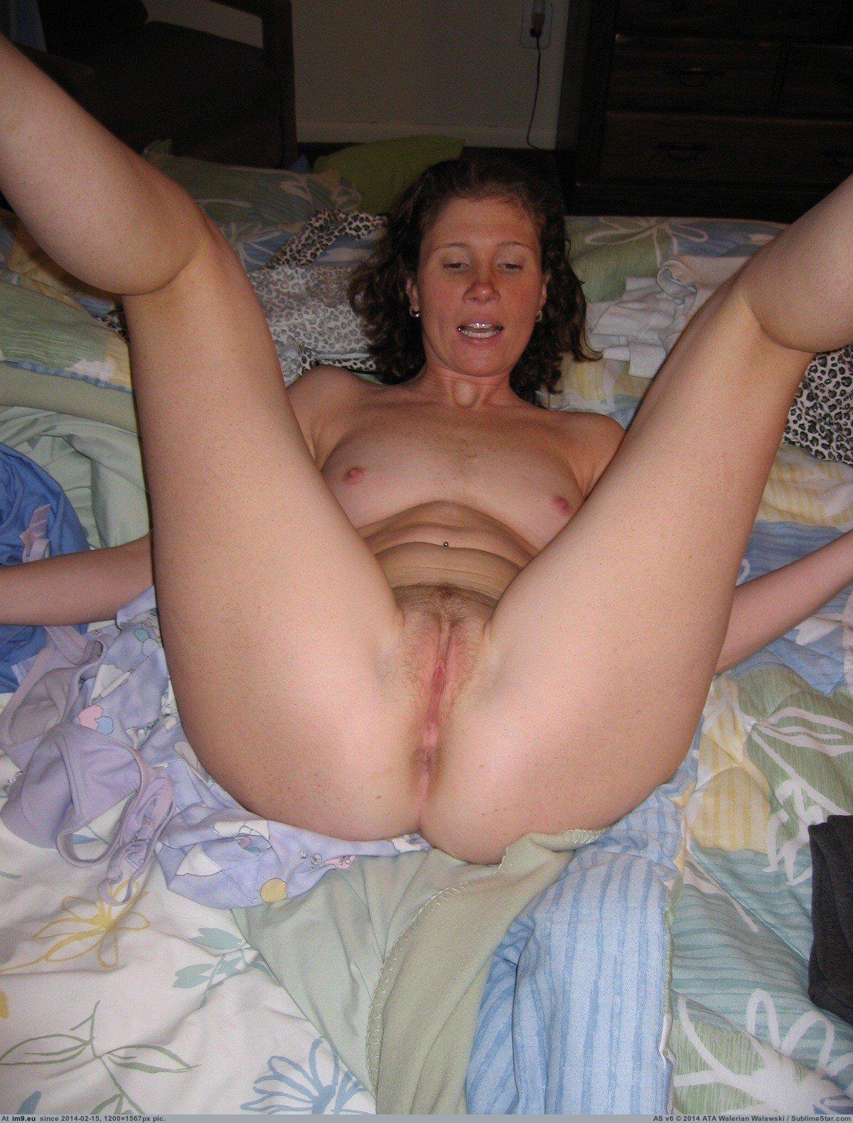 Фото голых баб с раздвинутыми ногами и пиздой 21 фотография