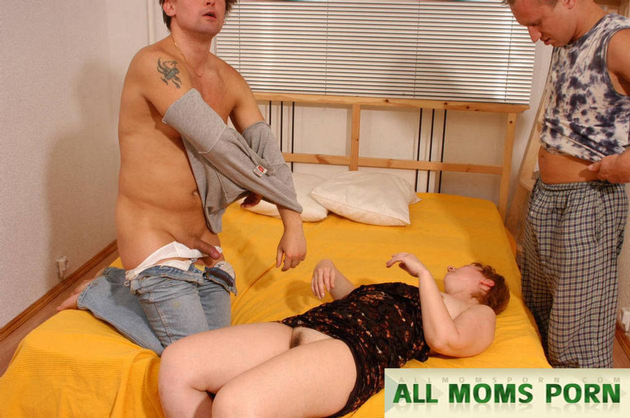 Смотреть как сын соблазнил маму на секс 5 фотография