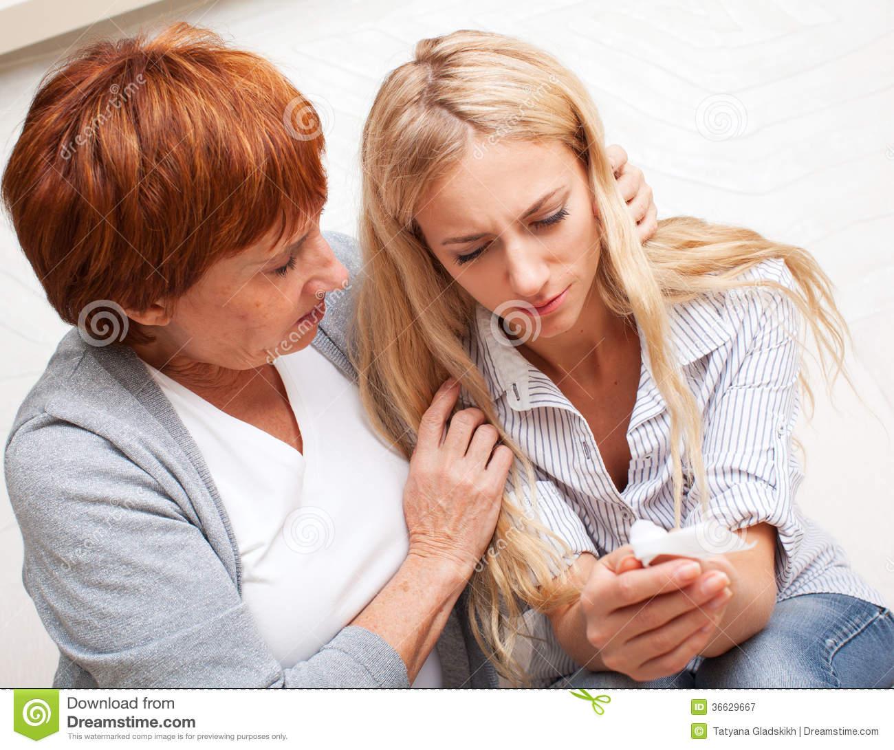 Русская мама успокаивает дочку 26 фотография