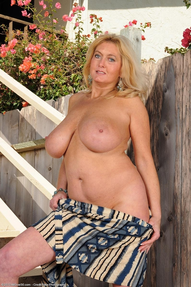 busty mature porn mature nude galleries taylor busty tahnee stairs