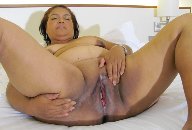 Mature with extreme dildo