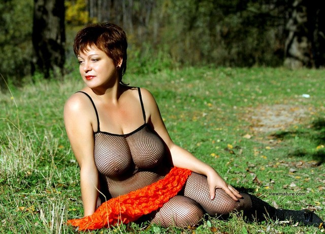 mature big breasted porn lady mature nude pictures beautiful breasts park posing