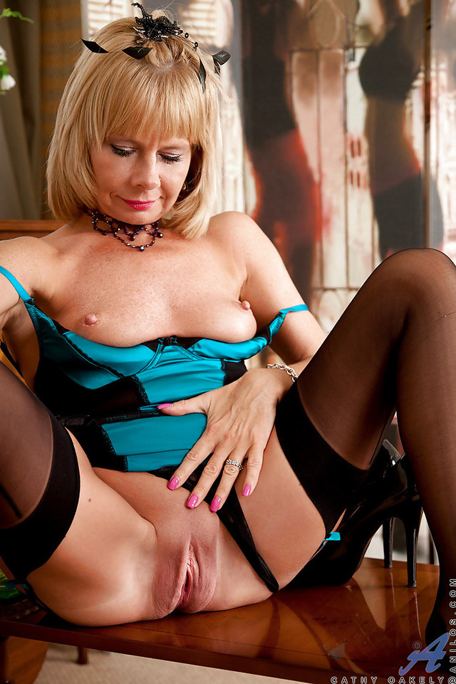 mature milf bank lady mature pussy pictures pics stunning shaved cathy oakely titties exposing