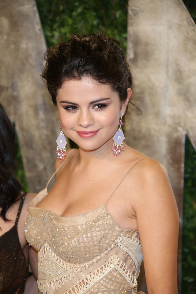 mature small boobs party selena pretty gomez fair wenn vanity versace atelier fug