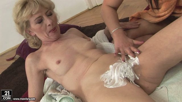 видео порно лижет старухе пизду
