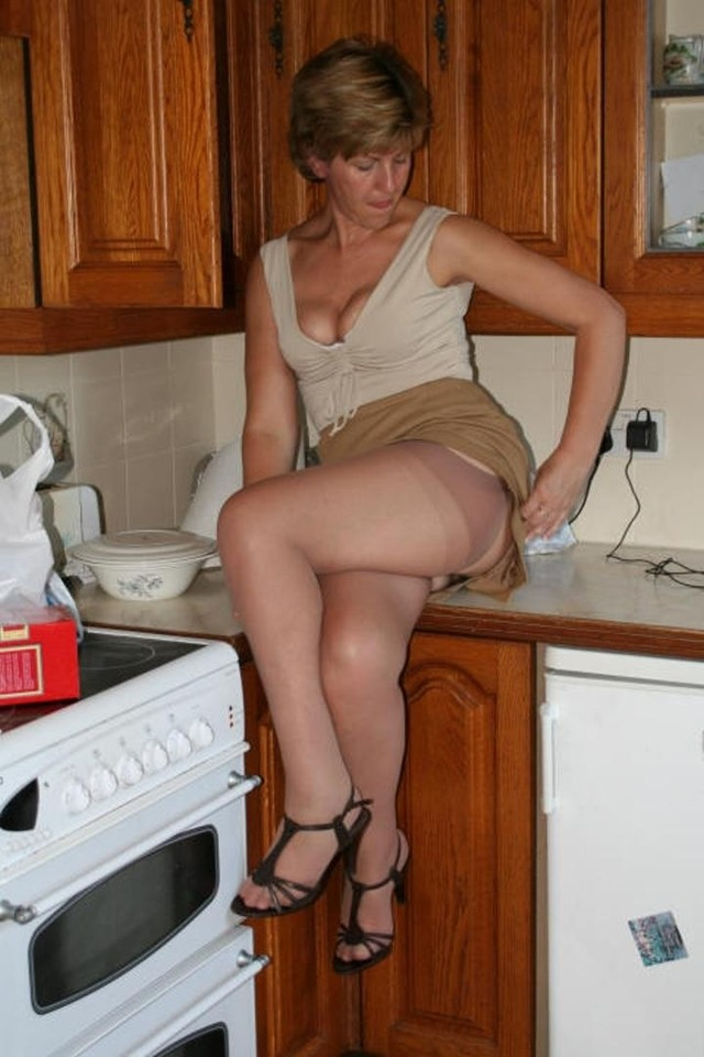 mature upskirt mature blonde kitchen leggy upskirts