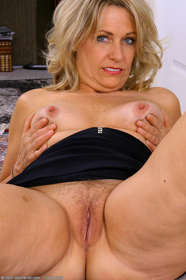 Mature blonde with gorgeous body fucks dildo 3