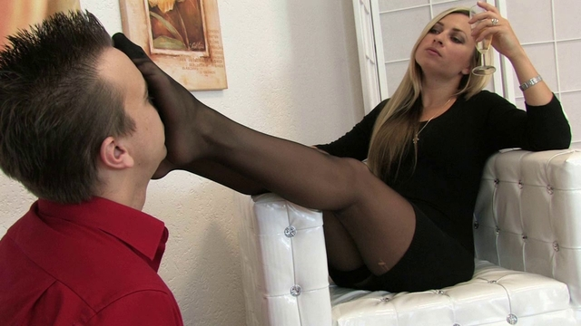 Moms solo toying pussy