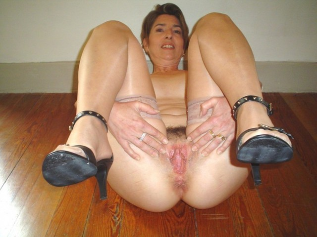 mature legs mature older open granny legs showing pink wide swagster spreaders