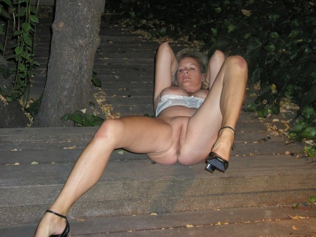 mature legs mature older open granny legs showing pink wide swagster ...
