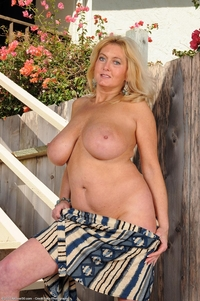 busty mature porn galleries pics busty mature tahnee taylor nude stairs tits attachment