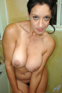 busty milfs pictures mature totally naked busty milf stuffs hairy anilos pussy