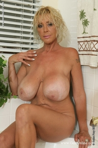 mature porn big boobs pics galleries mature blonde babe burbank bombshell plays boobs bath