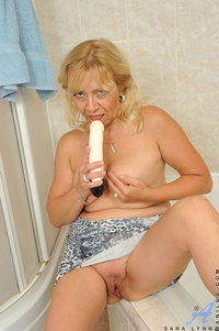 mature pussy photos pics busty granny fucks mature pussy making herself wet bathroom