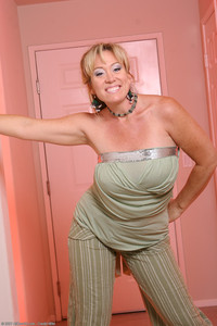 milf woman photo tits porn blonde mature milf woman shaved nice ass photo