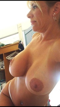 mommy nude pic sexy boob mommy takes nude selfie