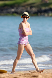 moms bikini pics julie bowen celebrity snap crackle pop moms sizzling their bikinis this summer