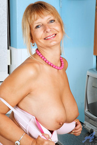 older moms boobs tits blonde ass european housewife mature milf old babe bares great rack
