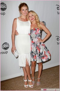 pictures of sexy mothers connie britton wenn wives mothers are sexy too tca disney party