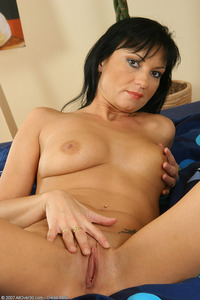 pussy pics moms black hair mom exposes shaved pussy