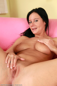 sexy photo milf enz sexy milf enza shows off smooth pussy