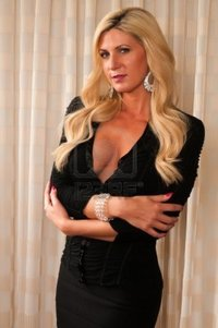 blonde mature disorderly belle blonde mature dans une petite robe noire photo